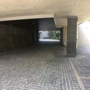 来客用駐車場と玄関を挟むようにして奥に駐車場