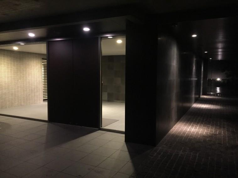 夜の共用部分玄関